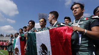 Jugadores de México sostienen la bandera nacional