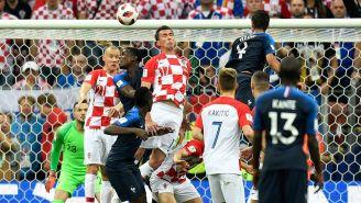 Mandzukic desvía el balón tras el servicio de Griezmann