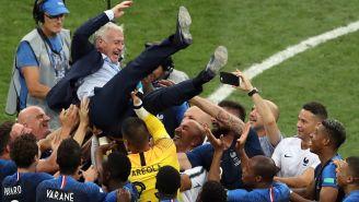 Jugadores galos levantan a Deschamps tras ganar el Mundial