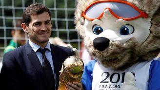 Casillas sostiene la Copa del Mundo junto a Zabivaka