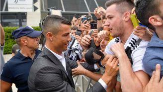 El luso da autógrafos a la afición de la Juventus