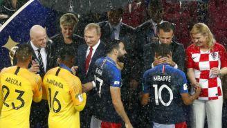 Jugadores de Francia reciben medallas en el Luzhnikí