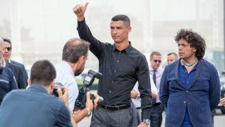 CR7 saluda en la  en la nueva sede del Juventus