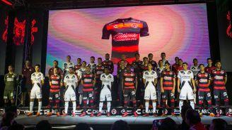 Jugadores de Xolos posan con los nuevos uniformes
