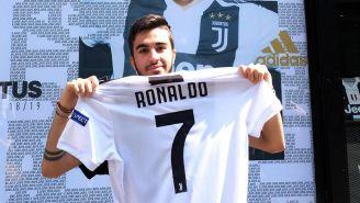 Aficionado de la Juventus posa con el jersey de CR7