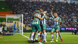 Jugadores de La Fiera celebran un gol en el Estadio León