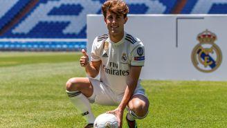 Odriozola posa para los medios con la playera del Real Madrid