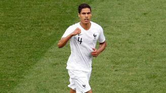 Raphael Varane en un partido con Francia