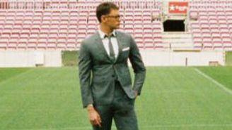 Modelo posa con el traje de la marca Thom Browne en el Camp Nou