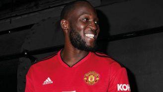Lukaku sonríe con la nueva playera del Manchester United