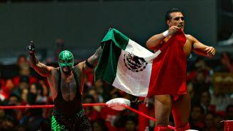 Rey Mysterio y Alberto del Río levantan banadera de México en presentación de AAA
