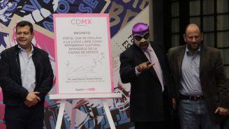 El Fantasma (der) y José Ramón Amieva (izq) firman el decreto