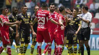 Jugadores de Morelia reclaman al árbitro tras segundo gol de Toluca