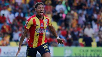 Ray Sandoval festeja un gol con Monarcas