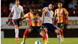 Ray Sandoval y Adrián Luna pelean por el esférico