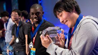Heiho observa con alegría su trofeo de BlazBlue: Cross Tag Battle
