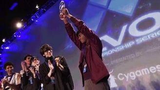 Lima levanta su trofeo de campeón de Smash WiiU