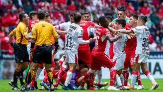 Jugadores de Chivas y Toluca se jalonean