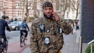 'The Game' realizando una llamada por celular