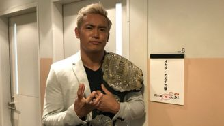 Kazuchika Okada posa con el título Mundial de IWGP