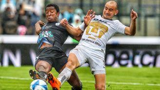 Carlos González se barre por el balón en el duelo ante Tuzos