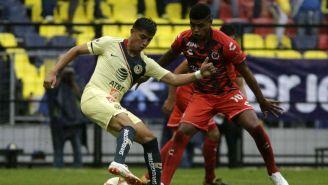 Joe Corona y Wilder Cartagena, disputan un balón en el Azteca