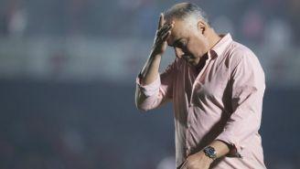 Guillermo Vázquez llevándose la mano al rostro durante un partido del Veracruz