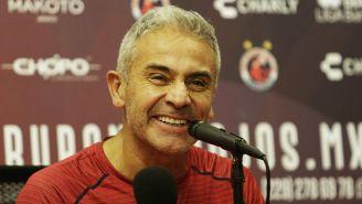 Juvenal Olmos sonríe durante su presentación con el Tibu