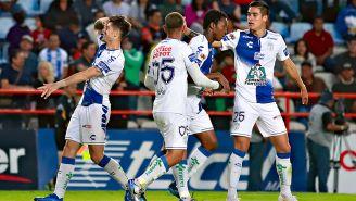 Jugadores de Pachuca celebran el gol de Sagal