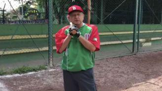 López Obrador carga su bate mientras agradece a las Grandes Ligas