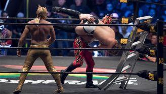 Fénix levanta a su rival para estrellarlo contra la escalera