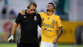 Javier Aquino (der) sufre por el dolor de la lesión