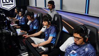 El equipo de Dash9, preparándose para una partida contra GG
