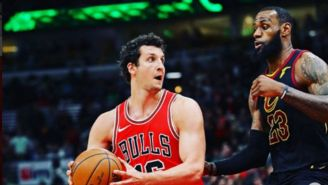 Paul Zipser y LeBron James durante un juego entre Bulls y Cavs