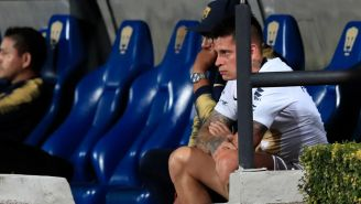 Juan Iturbe molesto en la banca de Pumas