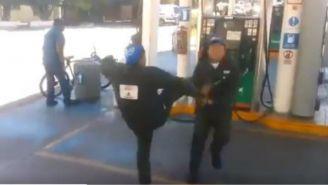 Empleados de gasolinera practican lucha libre en su tiempo libre