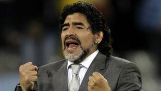 Diego Maradona da indicaciones desde el banquillo