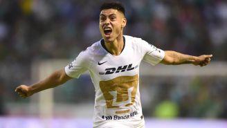 Felipe Mora festeja gol con Pumas en el duelo contra León