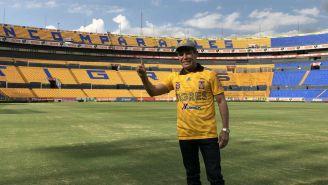 Julio César Chávez visita el Estadio Universitario