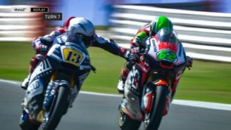Romano Fenati acciona el freno de la moto de Stefano Manzi