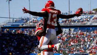 De'Anthony Thomas y Chris Conley celebran anotación de los Chiefs