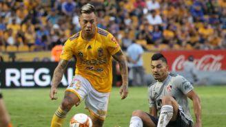 Vargas conduce el balón en el juego entre Tigres y Atlas del A2018