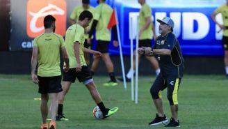 Maradona dirigiendo su primera práctica con Dorados
