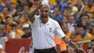Tuca Ferretti da indicaciones en juego de Tigres