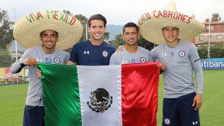 Jugadores de Cruz Azul posan con la bandera de México