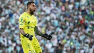 Jonathan Orozco festeja un gol de Santos