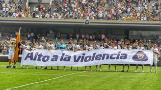 Los jugadores salieron con una manta en contra de la violencia