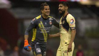 Sebastián Sosa y Oribe Peralta durante el partido