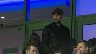 Guardiola sigue las acciones del partido desde un palco del estadio