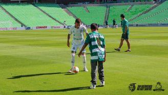 El niño Ángel y Brian Lozano en el entrenamiento de Santos